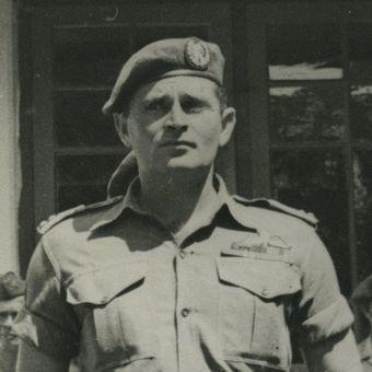 Kapten Raymond Westerling yang disebut terlibat dalam pembantaian di Sulawesi Selatan dan membentuk Angkatan Perang Ratu Adil (APRA) yang menyerang Bandung pada 1950.