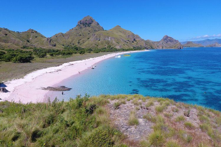 Pemandangan dari atas bukit di pulau Giri Laba, Nusa Tenggara Timur.