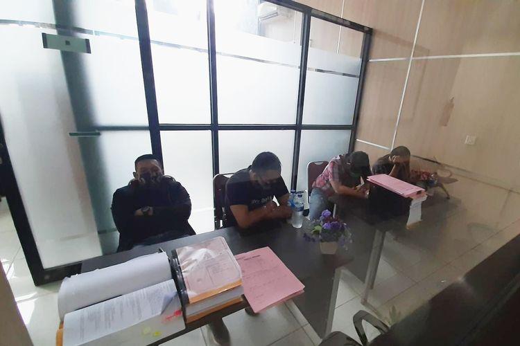 Empat tersangka saat menjalani pemeriksaan di Kejari Serang