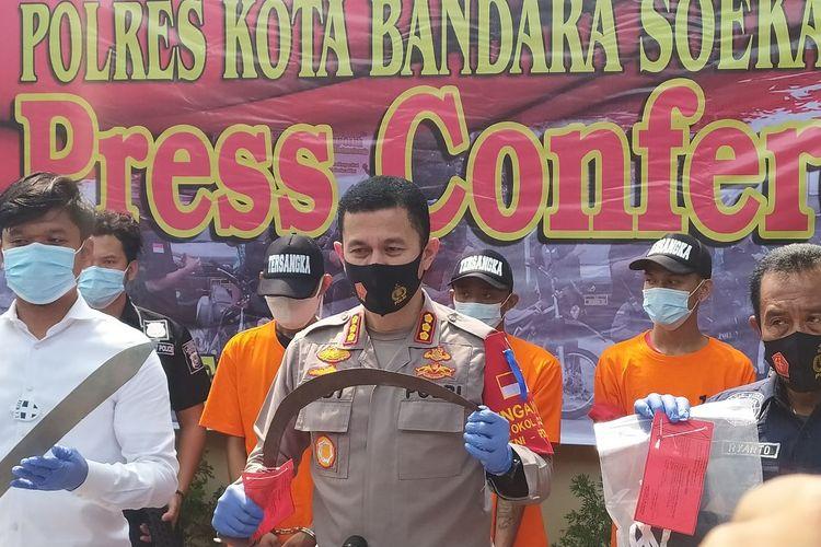 Kapolres Bandara Soekarno-Hatta Kombes Pol Adi Ferdian Saputra memegang cerurit barang bukti kejahatan pembegalan di Bandara Soekarno-Hatta, Senin (27/7/2020)