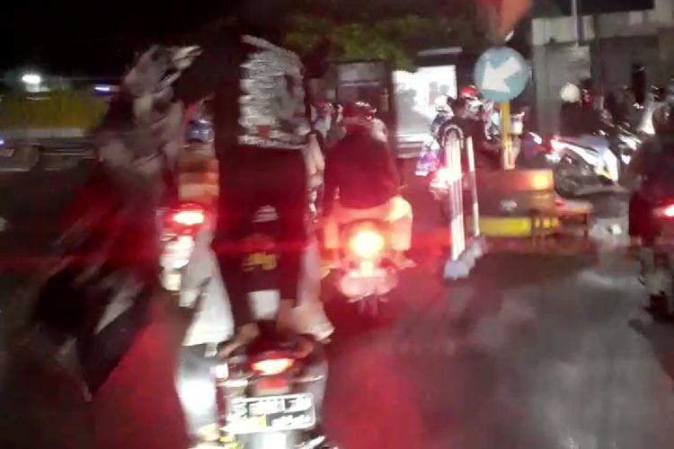 Tangkapan layar dari video yang merekam konvoi pesilat Ikatan Kera Sakti (IKS) di jalanan di Kecamatan Wlingi, Kabupaten Blitar, Jawa Timur, Sabtu malam (13/3/2021)