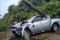 Tiang Listrik Tumbang Ditabrak Mobil Plat Merah, Jaringan Kabel Berserakan