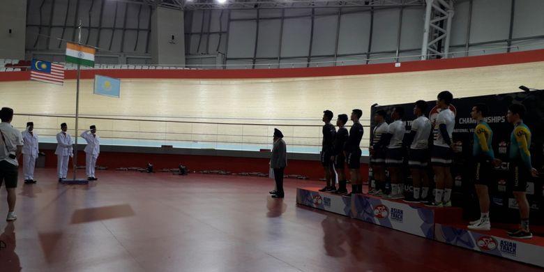 Seremoni penyerahan medali di kategori Team Sprint Junior Putra, Asian Track Championship 2019 di Jakarta International Velodrome, Rawamangun, Jakarta Timur, Rabu (9/1/2019). Nomor ini dimenangkan India, disusul Malaysia, dan Kazakhstan.