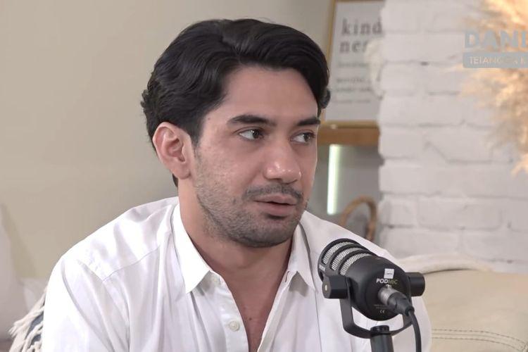 Reza Rahadian sedang berbincang dengan Daniel Mananta. (Bidikan layar YouTube Daniel Mananta Network).