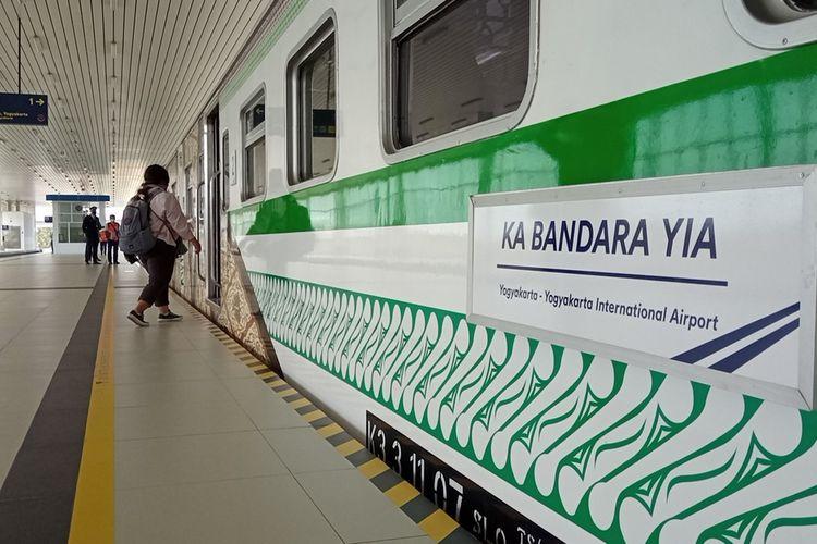 Penumpang masuk gerbong KA Bandara Senin (30/8/2021)