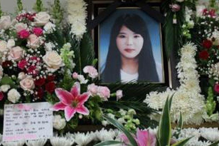 Foto Park Jee Young, satu-satunya kru feri Sewol, kapal yang tenggelam di Korea Selatan pada Rabu (16/4/2014), yang disebut oleh para korban selamat sebagai pahlawan. Dia menjadi satu dari 87 orang yang tewas, hingga Senin (21/4/2014). Dalam musibah ini, 215 orang masih hilang, dari total 476 orang di atas kapal ketika kapal tenggelam.