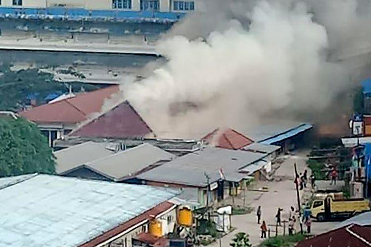 Api melalap bangunan ketika para demonstran turun ke jalan-jalan di Kota Fakfak, Papua Barat, Rabu (21/8/2019). Demonstrasi bergolak di Papua pekan ini yang dipicu oleh insiden pengepungan asrama mahasiswa Papua di Surabaya beberapa waktu lalu.
