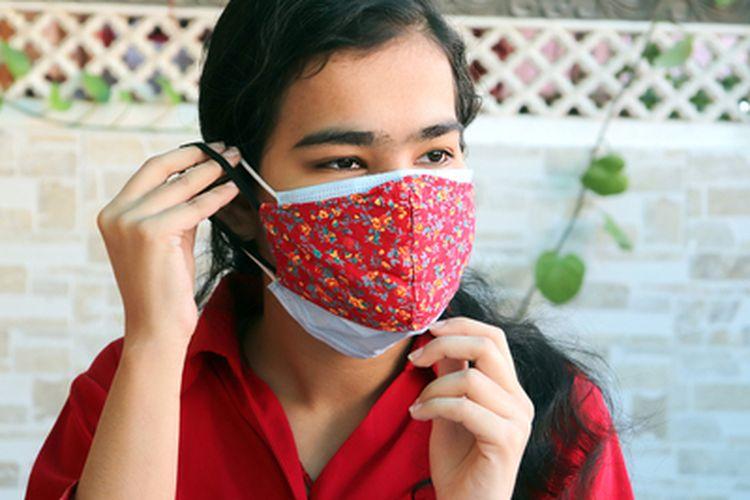 Kombinasi masker ganda yang dianjurkan adalah masker medis di bagian dalam dan masker kain di bagian luar.
