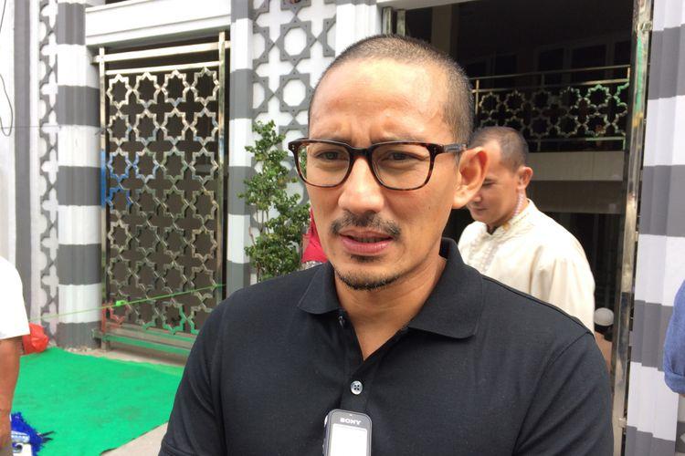 Wakil Gubernur terpilih DKI Jakarta Sandiaga Uno usai melaksanakan shalat Jumat di Masjid Nurul Iman, Cikajang, Jakarta Selatan, Jumat (9/6/2017).