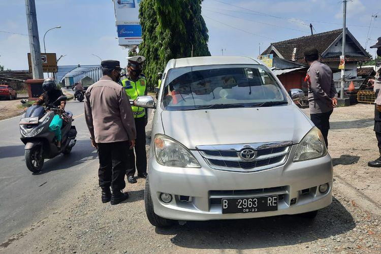 Petugas gabungan melakukan pemeriksaan di Pos Penyekatan Ketapang, Cepu, Kamis (6/5/2021)