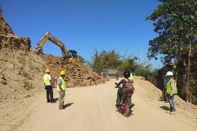 Jalan menuju Hotel Nihiwatu, Kabupaten Sumba, Nusa Tenggara Timur.