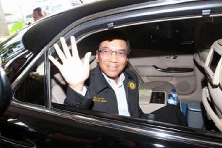 Menteri Energi dan Sumber Daya Mineral Jero Wacik usai menjalani pemeriksaan Komisi Pemberantasan Korupsi di Jakarta, beberapa waktu lalu. KPK menetapkan politisi Partai Demokrat itu menjadi tersangka pada Rabu (3/9/2014) karena diduga melakukan tindak pidana korupsi terkait pengadaan proyek di Kementerian ESDM 2011-2013.