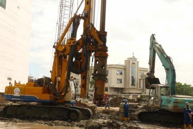 Surabaya mengalami lonjakan harga lahan dan properti sangat tinggi. Ini dipicu oleh masifnya pembangunan properti. Seperti tampak dalam gambar, aktifitas alat berat di proyek Tunjungan City milik Grup Pakuwon.