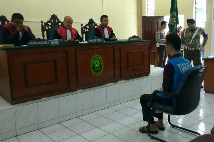 Fidelis Arie Sudewarto saat di ruang Cakra, Pengadilan Negeri Sanggau, Kalimantan Barat dalam sidang putusan kepemilikan 39 batang ganja, Rabu (2/8/2017)