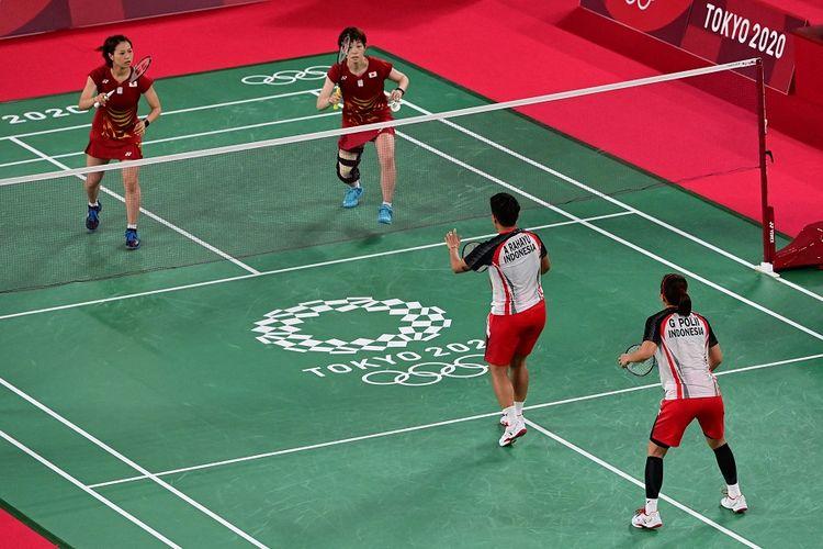 Sayaka Hirota (kanan atas) melakukan servis di sebelah Yuki Fukushima (Jepang) dalam pertandingan bulu tangkis ganda putri melawan Greysia Polii dan Apriyani Rahayu dari Indonesia pada Olimpiade Tokyo 2020 di Musashino Forest Sports Plaza di Tokyo pada 27 Juli, 2021.