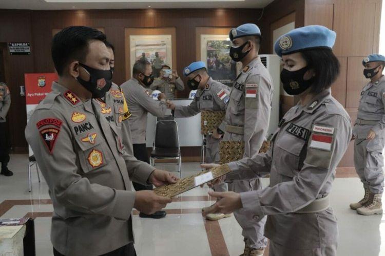 Kapolda Sulut Irjen Pol RZ Panca Putra saat memberikan penghargaan kepada anggota Polri yang telah selesai melaksanakan tugas sebagai pasukanperdamaian PBB di Benua Afrika.