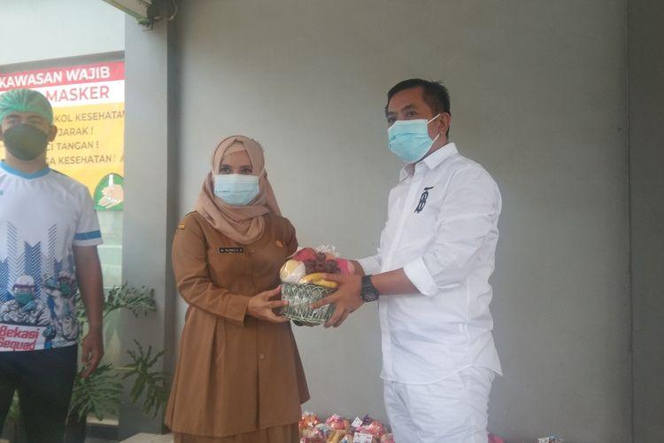 Seorang warga Karawang, Aep Syaepuloh, memberikan bantuan bagi pasien covid-19 yang dirawat di sejumlah hotel di Karawang, Senin (28/12/2020).