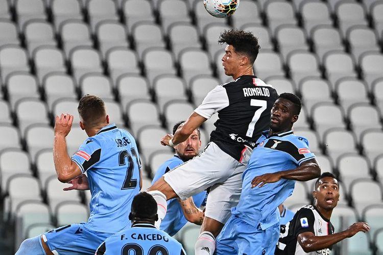 Upaya Cristiano Ronaldo (7) dalam laga Juventus vs Lazio di Stadion Allianz, Selasa (21/7/2020) dini hari WIB.