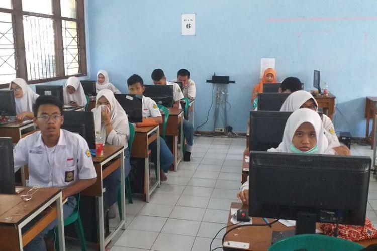 Sejumlah siswa-siswi kelas XII di SMA Negeri 3 Surabaya melaksanakan tryout untuk persiapan menjelang ujian nasional, Selasa (26/2/2019).