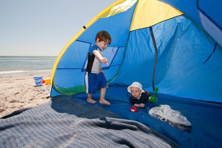 Membawa tenda saat ke pantai bisa dilakukan saat ke pantai bareng si kecil