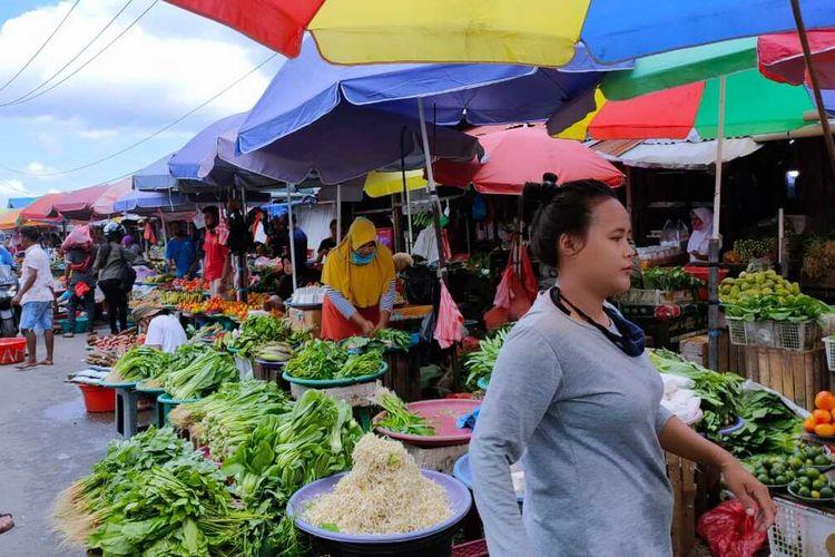 Sejumlah pedagang di Pasar Mardika Ambon tidak lagi mengenakan masker saat beraktifitas di pasar yang telah ditetapkan sebagai lokasi protokol Covid-19 tersebut, Jumat (21/8/2020)