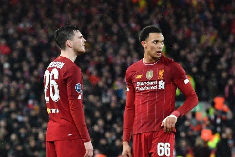 Bek Liverpool Skotlandia Andrew Robertson (kiri) dan bek Inggris Liverpool Trent Alexander-Arnold melakukan pertandingan Liga Champions babak 16 besar antara Liverpool dan Atletico Madrid di Anfield di Liverpool, Inggris barat laut pada 11 Maret 2020