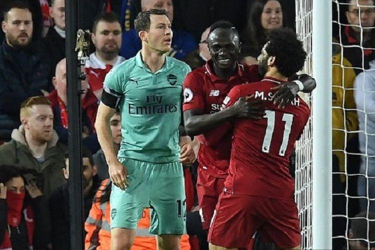 Sadio Mane dan Mohamed Salah merayakan gol pada laga Liverpool vs Arsenal di depan Stephan Lichtsteiner dalam lanjutan Liga Inggris di Stadion Anfield, 29 Desember 2018.