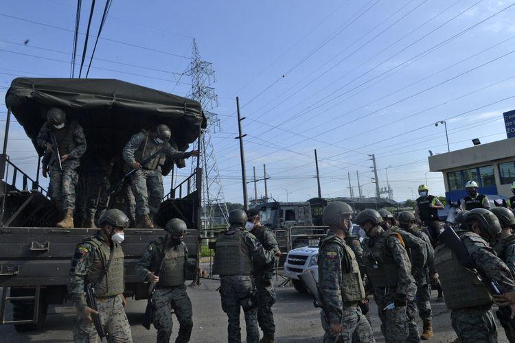 Pasukan keamanan diterjunkan di penjara Guayaquil, Ekuador, pada 24 Februari, buntut kerusuhan yang juga terjadi di dua penjara lainnya. Kerusuhan yang dipicu pertikaian antar geng besar tersebut menewaskan 79 napi, dengan ada yang dipenggal dan dimutilasi.