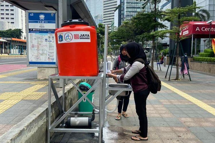 warga cuci tangan di wastafel portabel di kawasan Jakarta, Senin (23/2/2020)