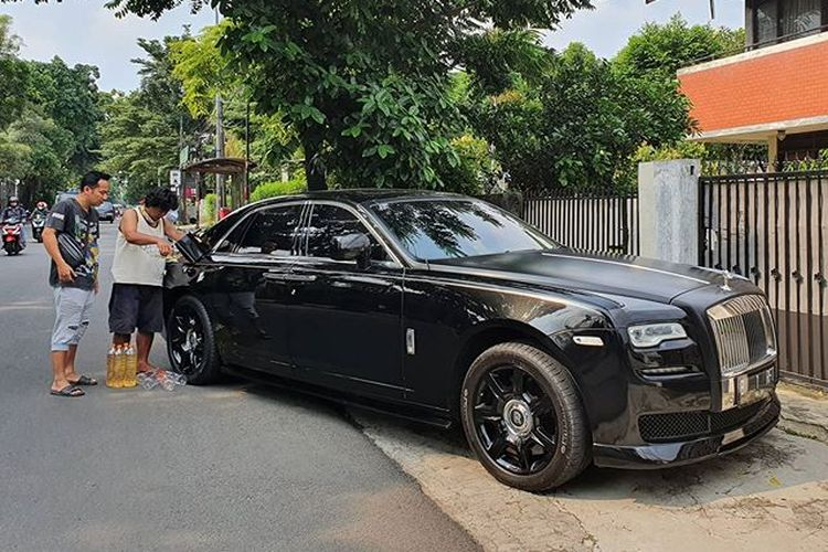 Pelawak Denny Cagur terlihat mengisi bahan bakar mobil Rolls Royce Raffi Ahmad dengan bensin eceran.