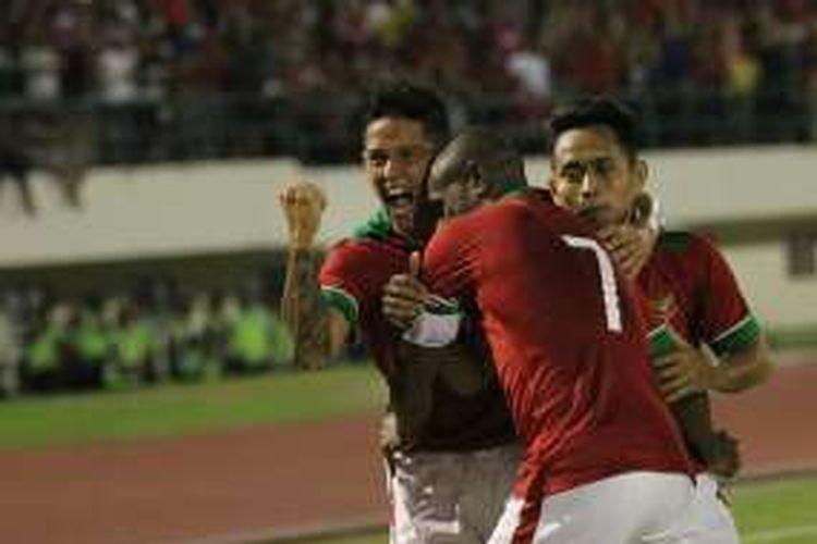 Irfan Bachdim merayakan gol kedua Indonesia ke gawang Malaysia bersama Boaz Solossa dan Andik Vermansah di Stadion Manahan, Selasa (6/9/2016).