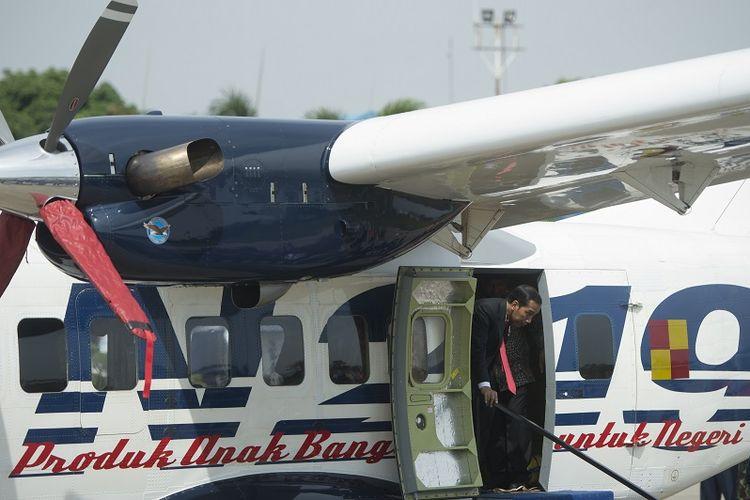 Presiden Joko Widodo keluar dari Pesawat Nurtanio usai Pemberian Nama Pesawat N219 di Base Ops, Lanud Halim Perdanakusuma, Jakarta, Jumat (10/11). Presiden memberikan nama Nurtanio kepada purwarupa pesawat N219 yang merupakan karya anak bangsa hasil kerjasama PTDI dan LAPAN. ANTARA FOTO/Rosa Panggabean/foc/17.