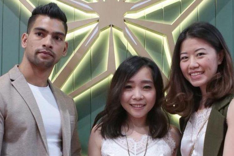 Cindy P Yuwono (kanan) bersama dengan rekannya Michaela Anggono (tengah), dan Rajesh Pokharel (kiri) memilih filosofi bintang pada nama Pusat Kebugaran Star Yoga.