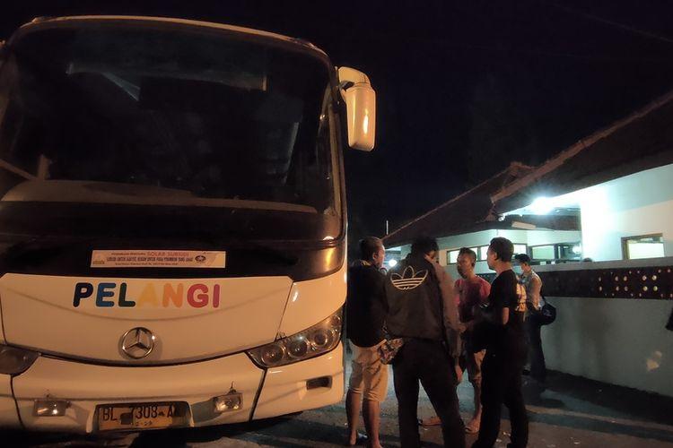 Sebuah bus Pelangi pengangkut sabu 13 kilogram digeledah oleh petugas BNN di Mako Polsek Rajapolah, Polresta Tasikmalaya, Rabu (16/9/2020).
