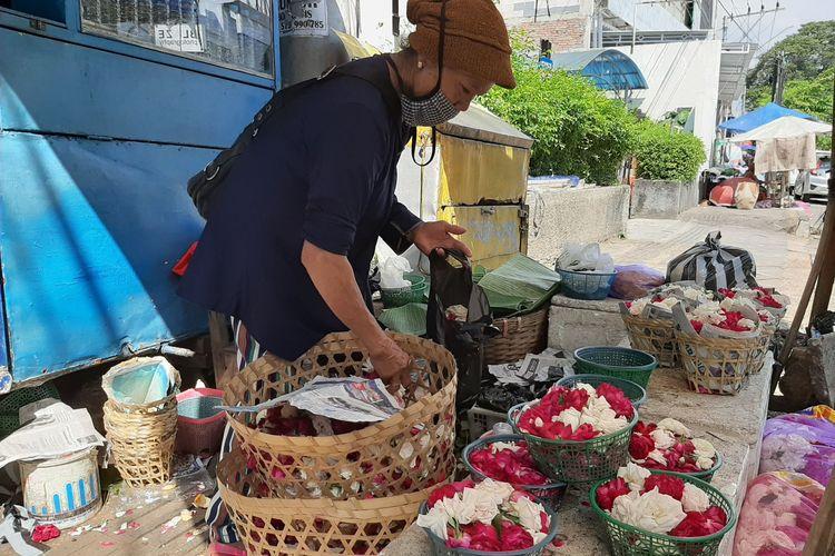 Darmi (60) seorang nenek yang berjualan bunga tabur di Jalan Kyai Shaleh Semarang, Senin (25/5/2020).