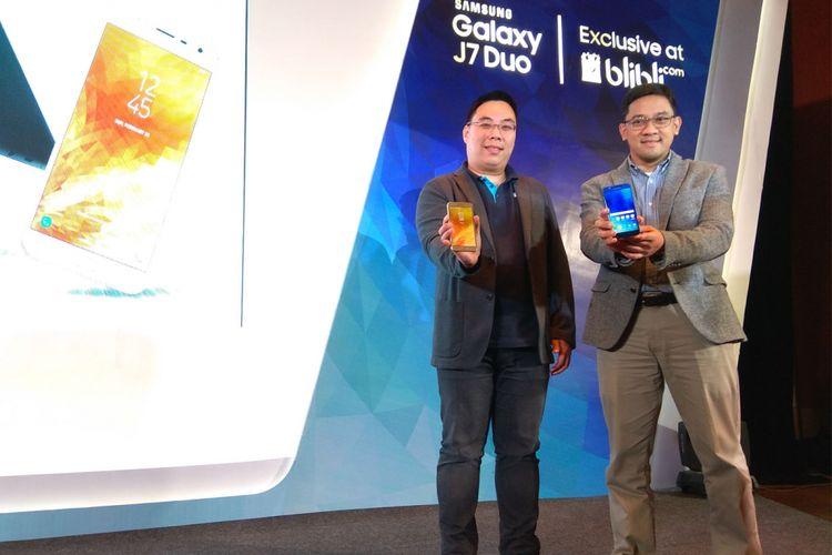 Denny Galant Head of Product Marketing IM Business Samsung Indonesia (kanan) dan perwakilan Blibli.com memamerkan ponsel terbaru Samsung, Galaxy J7 Duo dalam sebuah acara di Jakarta, Kamis (3/5/2018).