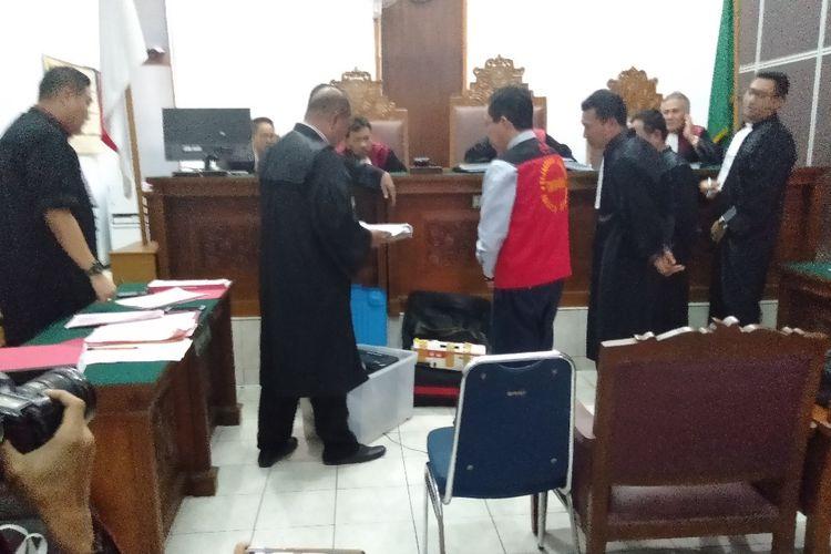 Jaksa dan kuasa hukum periksa barang bukti dalam persidangan kasus perusakan dan penghilangan barang bukti dengan terdakwa Joko Driyono di Pengadilan Negeri Jakarta Selatan, Kamis (20/6/2019)