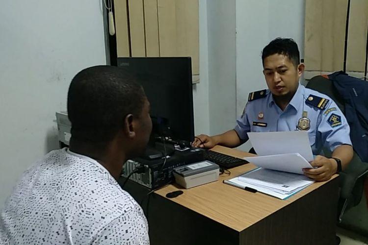 Petugas Kantor Imigrasi Kelas II Tasikmalaya memeriksa WNA tanpa izin tinggal dan paspor sebelum dideportasi ke Negara asalnya, Kamis (11/4/2019).