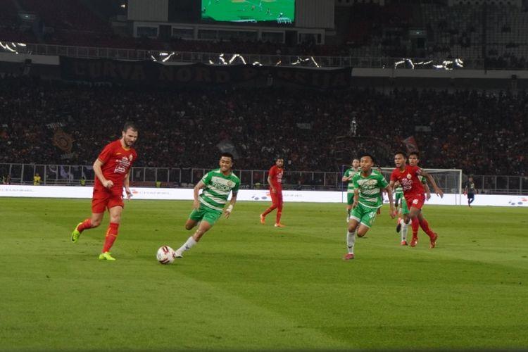 Marco Motta coba mengirim umpan ke kotak penalti dalam laga uji coba Persija vs Geylang di SUGBK, m