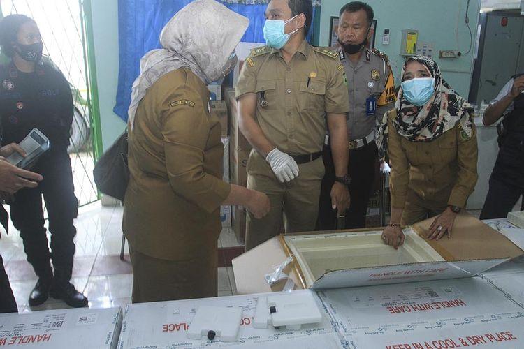 Kepala Dinas Kesehatan Lesty Nuraini saat mengecek vaksin Sinovac yang dikirim ke gudang di Jalan Mayor Salim Batubara, Kecamatan Kemuning Palembang, Senin (4/1/2021). Untuk tahap awal dari 58.000 vaksin yang diajukan, 30.000 vaksin yang diterima itu akan dibagikan ke tujuh kabupaten/kota di Sumatera Selatan.