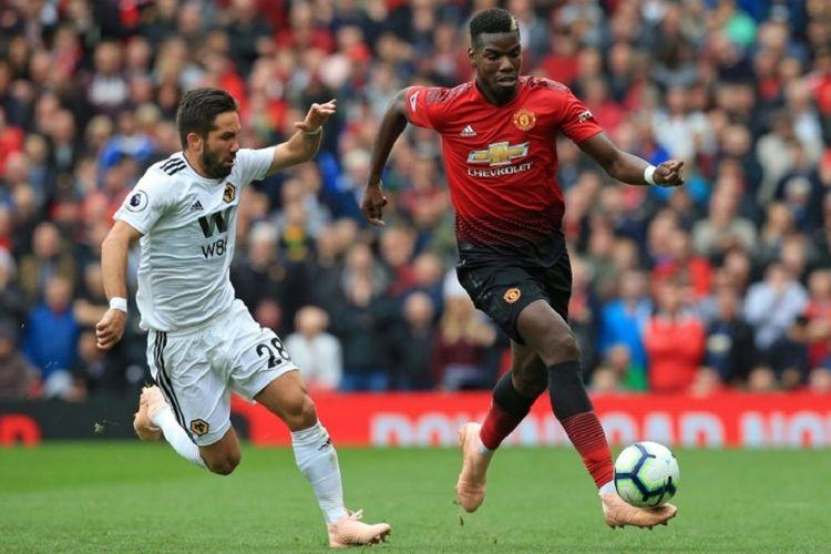 Joao Moutinho mencoba merebut bola dari penguasaan Paul Pogba pada pertandingan Manchester United vs Wolverhampton Wanderers di Stadion Old Trafford, 22 September 2018.