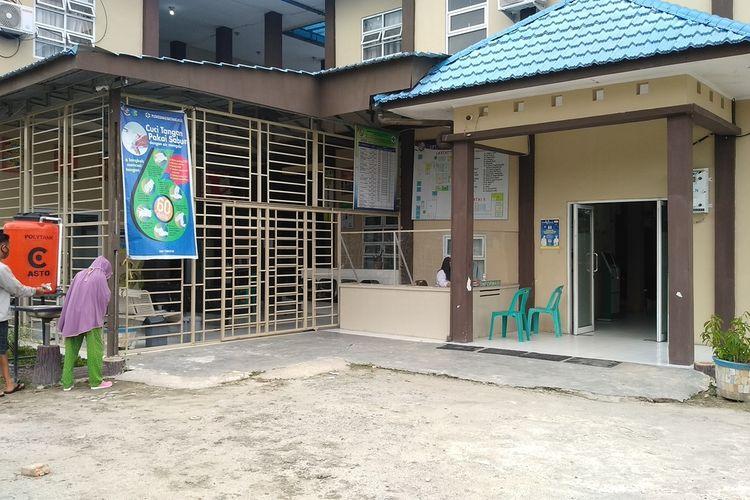 Dua orang warga datang ke UPT Puskesmas Rawat Inap Batang Kuis untuk memeriksakan kesehatannya. Di puskesmas ini, sebanyak 21 tenaga kesehatan, 4 di antaranya dokter gigi dan dokter umum terkonfirmasi positif Covid-19.