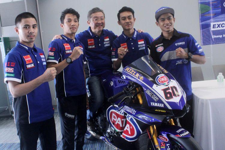 Rider Yamaha Racing Indonesia bersama Minoru Morimoto, Presiden Direktur PT Yamaha Indonesia Motor Manufacturing (YIMM).