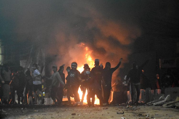 Sejumlah massa menyerang ke arah petugas kepolisian saat terjadi bentrokan Aksi 22 Mei di Jalan Brigjen Katamso, kawasan Slipi, Jakarta, Rabu (22/5/2019). ANTARA FOTO/M Risyal Hidayat/wsj.
