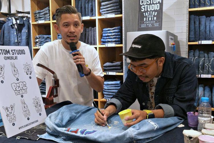 Olaf Djanuismadi selaku Brand Manager bersama  seniman Mukhlis Fachry atau karib disapa Muklay dalam acara Pepe Friday Party di flagship store Pepe Jeans London di Grand Indonesia East Mall lantai 2, Jakarta Pusat, pada Jumat (6/12/2019).