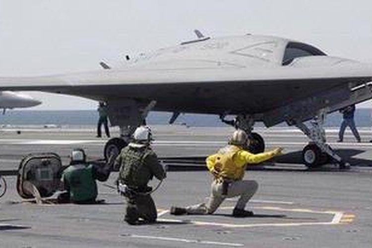 Sebuah pesawat tempur tak berawak (drone) X-47B, untuk pertama kalinya, diluncurkan dari sebuah kapal induk, USS George HW Bush, di lepas pantai Virginia, di Samudera Atlantik.
