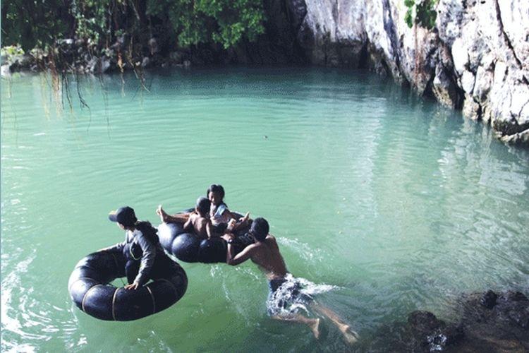 Warga berenang di Sungai Tarambosi di Kolaka, Sulawesi Tenggara.