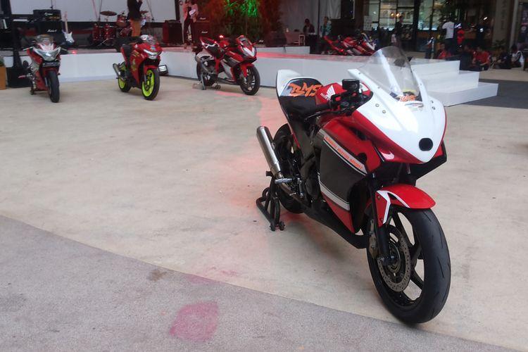 Salah satu Honda CBR hasil modifikasi milik anggota CBR Riders Club Jakarta yang tengah merayakan hari jadi komunitasnya yang ke-11 di One Bel Park Mal, Pondok Labu, Jakarta Selatan, Sabtu (18/11/2017).