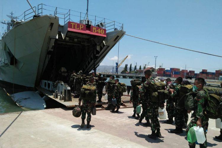 Sebanyak 220 pasukan TNI di Lombok dialihkan ke Palu melalui Dermaga Lembar, Senin (8/10/2018).