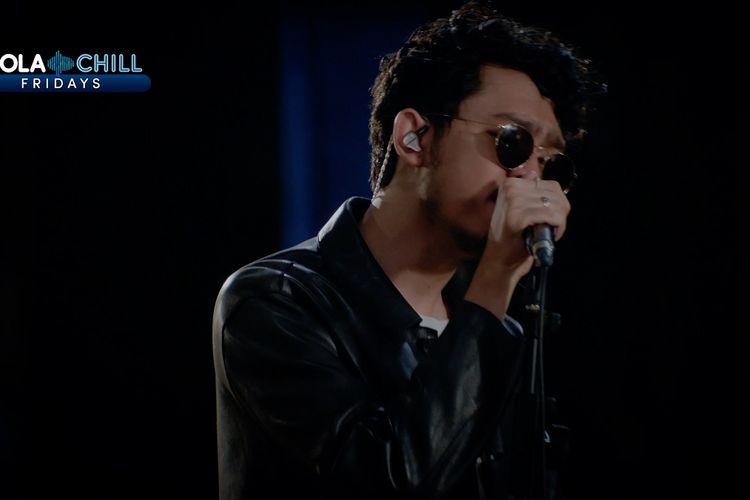 Solois Pamungkas tampil membawakan berbagai hits-nya dalam acara Mola Chill Fridays.
